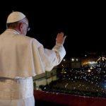 El papa donó dinero a sintecho de Roma mientras se celebraba el Vía Crucis
