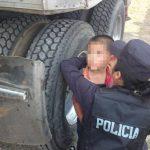 Policía cuida a niño sobreviviente de masacre