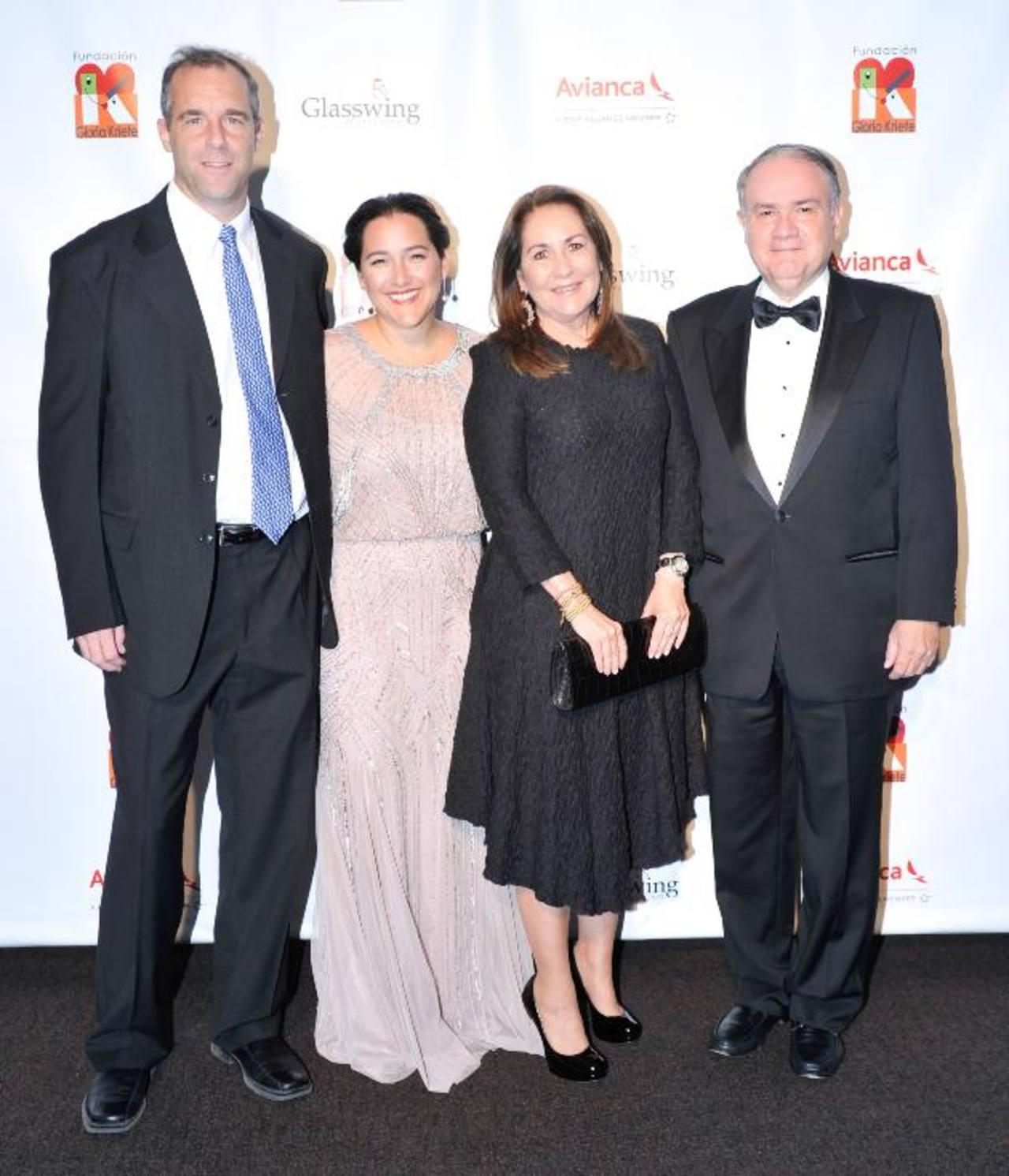 Ken Baker y Celina de Sola, fundadores de Glasswing El Salvador, Nina Palomo y Joaquín Palomo.
