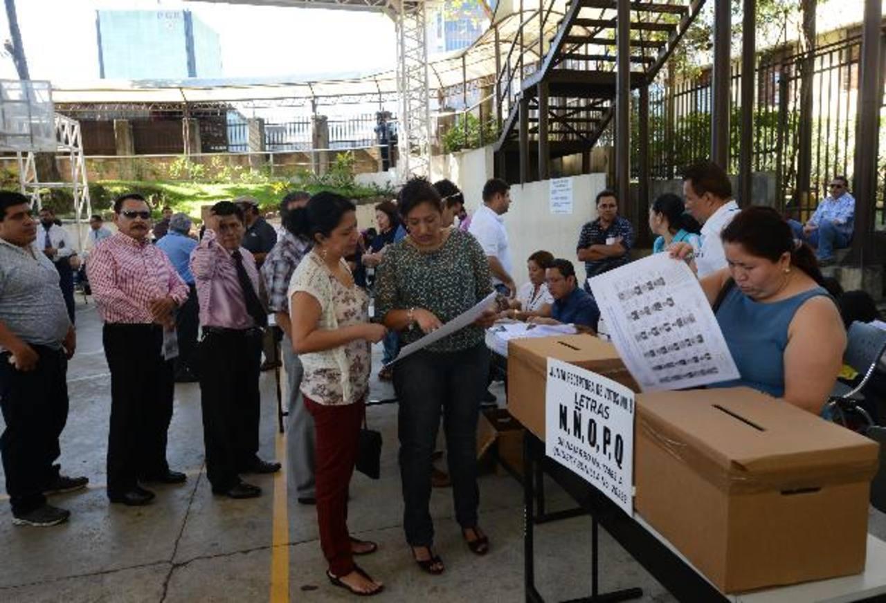 Más de 26,000 abogados fueron convocados el sábado pasado para que escogieran a 15 candidatos a magistrados de la Corte Suprema de Justicia. FOTO EDH / M. HERNÁNDEZ