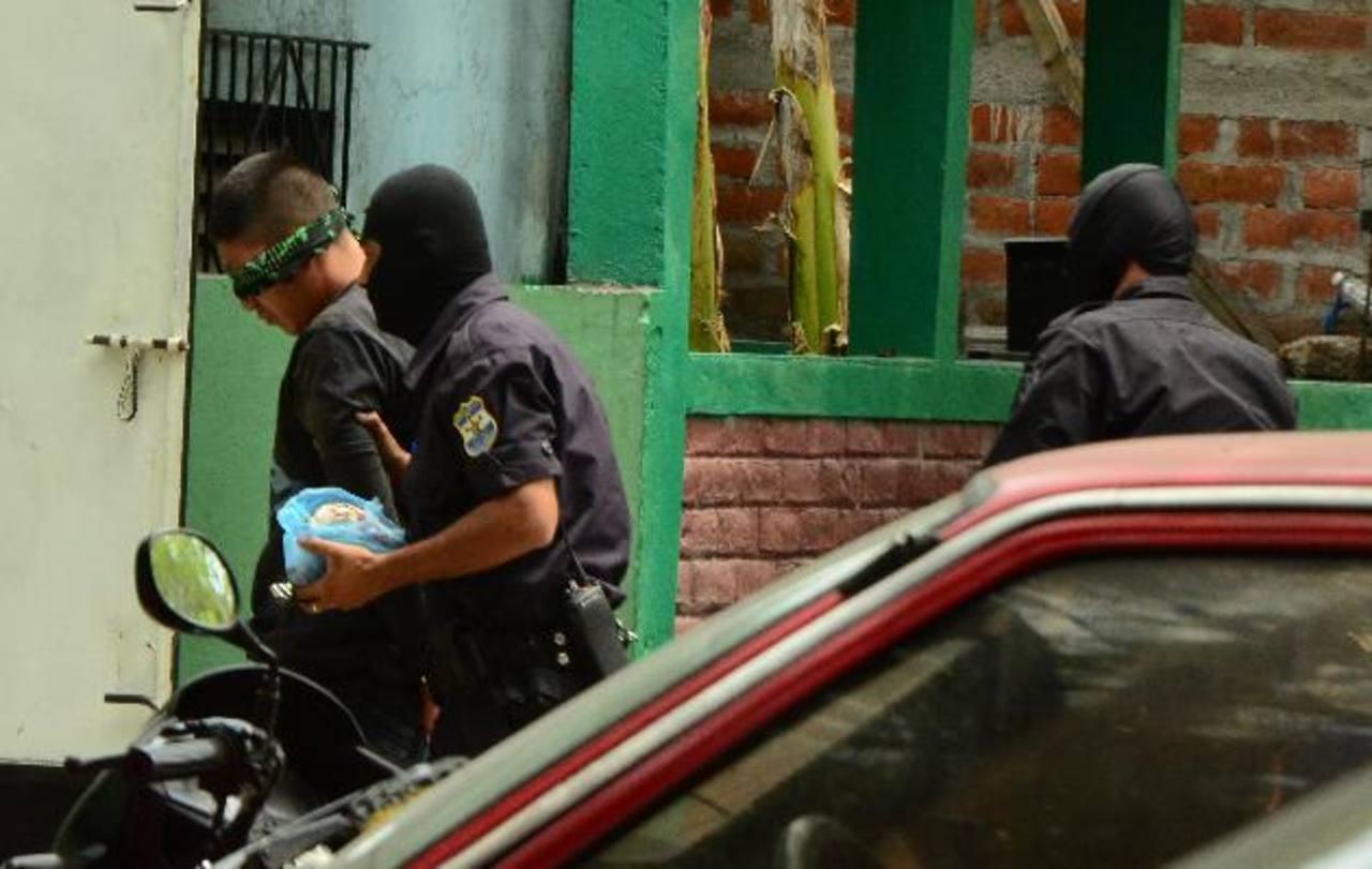 PNC de Soyapango le vendó los ojos a hombre detenido