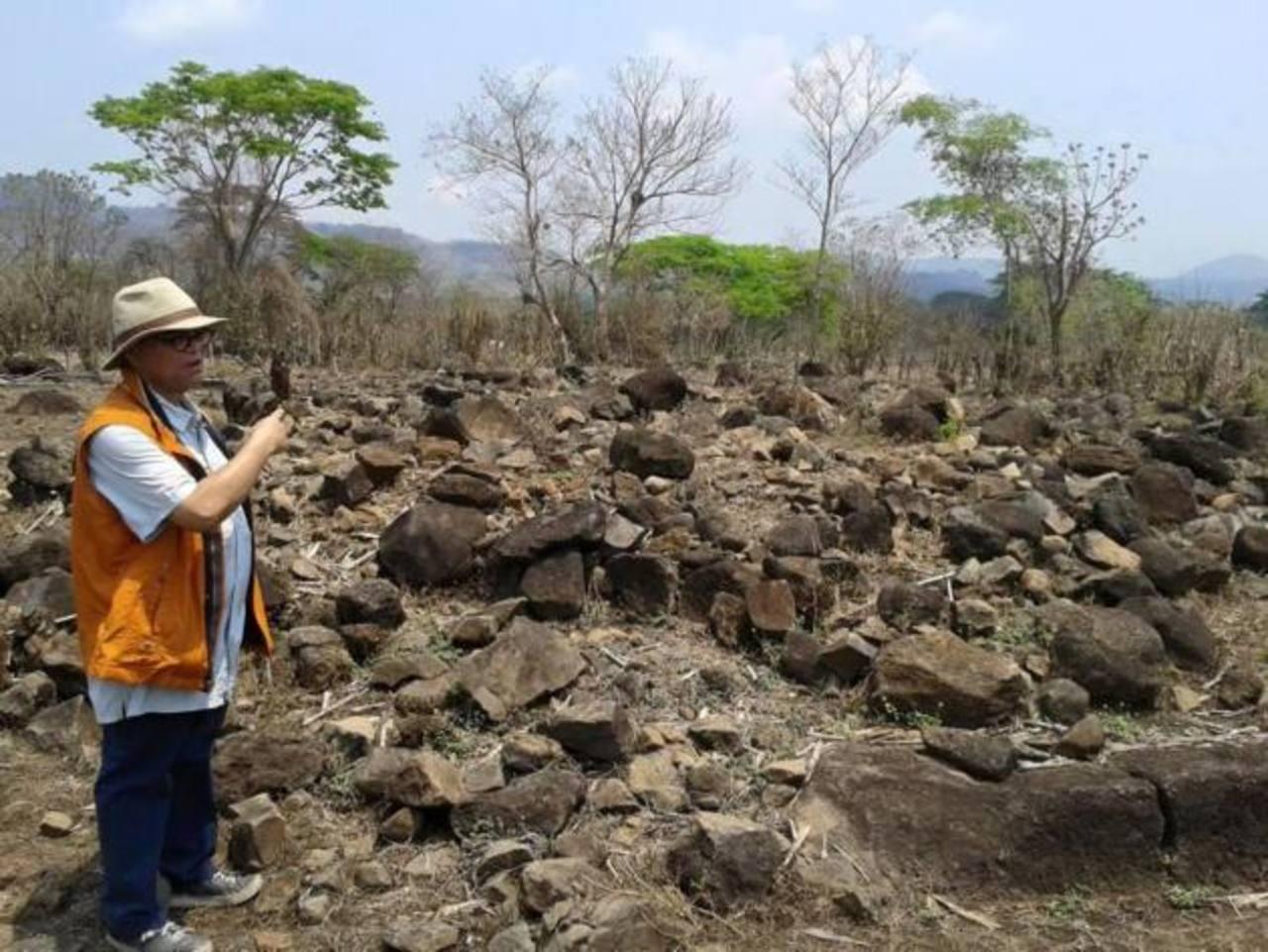 El secretario de Secultura, Ramón Rivas, acompañó la visita al sitio arqueológico. El casco de la hacienda adquirido tuvo un costo de 280 mil dólares. foto EDH / cortesía