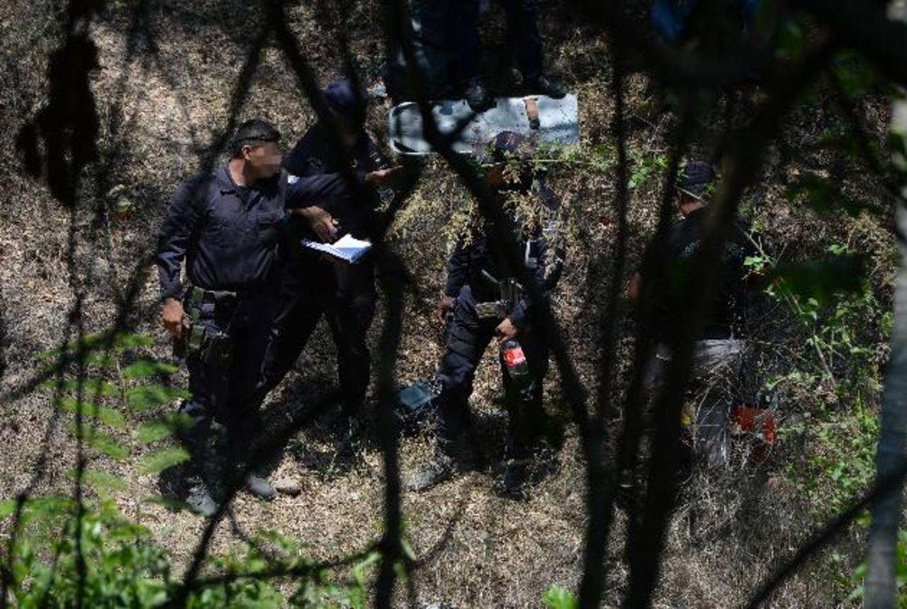 Policías participan del operativo que se realizó ayer por la mañana, luego del enfrentamiento entre agentes y pandilleros en el cantón San Rafael, en El Paisnal. A raíz del tiroteo murió Denis Adonay Alfaro Romero, presunto marero de la 18.Foto EDH /