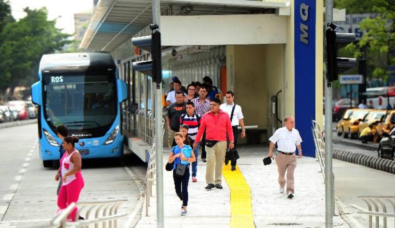 En algunas estaciones bajan y suben más usuarios en el transcurso de la mañana. La mayoría está a la expectativa del costo que tendrá el servicio. Fotos EDH / RENÉ QUINTANILLA