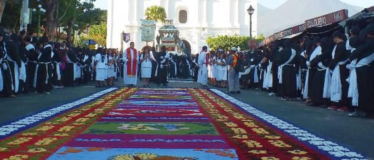 Numerosos izalqueños se esfuerzan cada año por elaborar alfombras de diseños delicados. Esto atrae a numerosos turistas que gustan de apreciar este arte.
