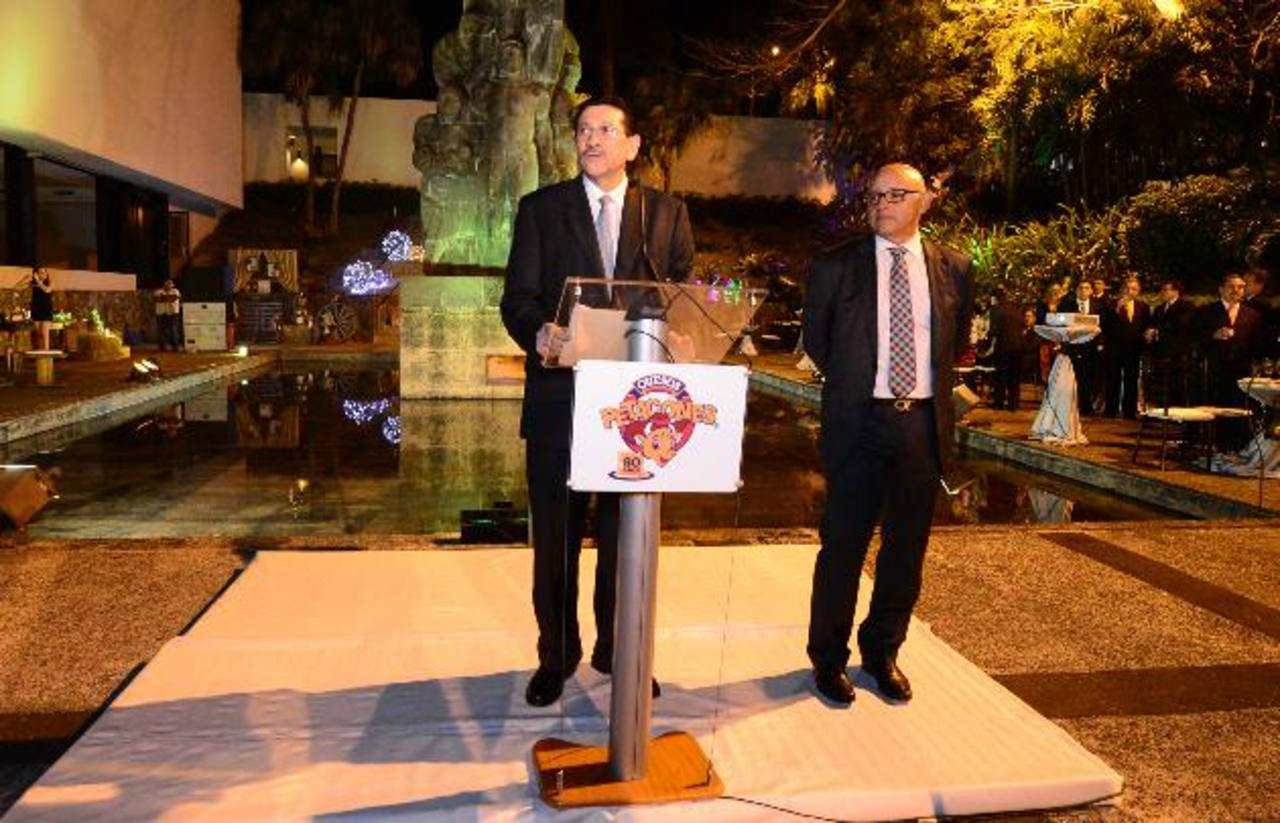 Federico Colorado (izq.) y Luis Bonilla, ambos de Petacones, recordaron la trayectoria empresarial. Foto EDH / Mauricio Cáceres.