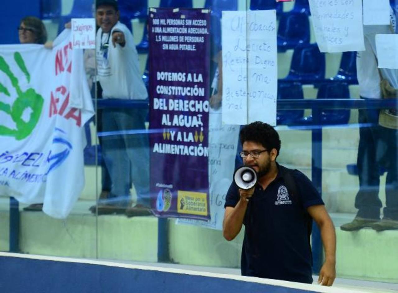 Incluir el derecho humano al agua en la Constitución se ha convertido en punto de honor para el FMLN. Foto EDH