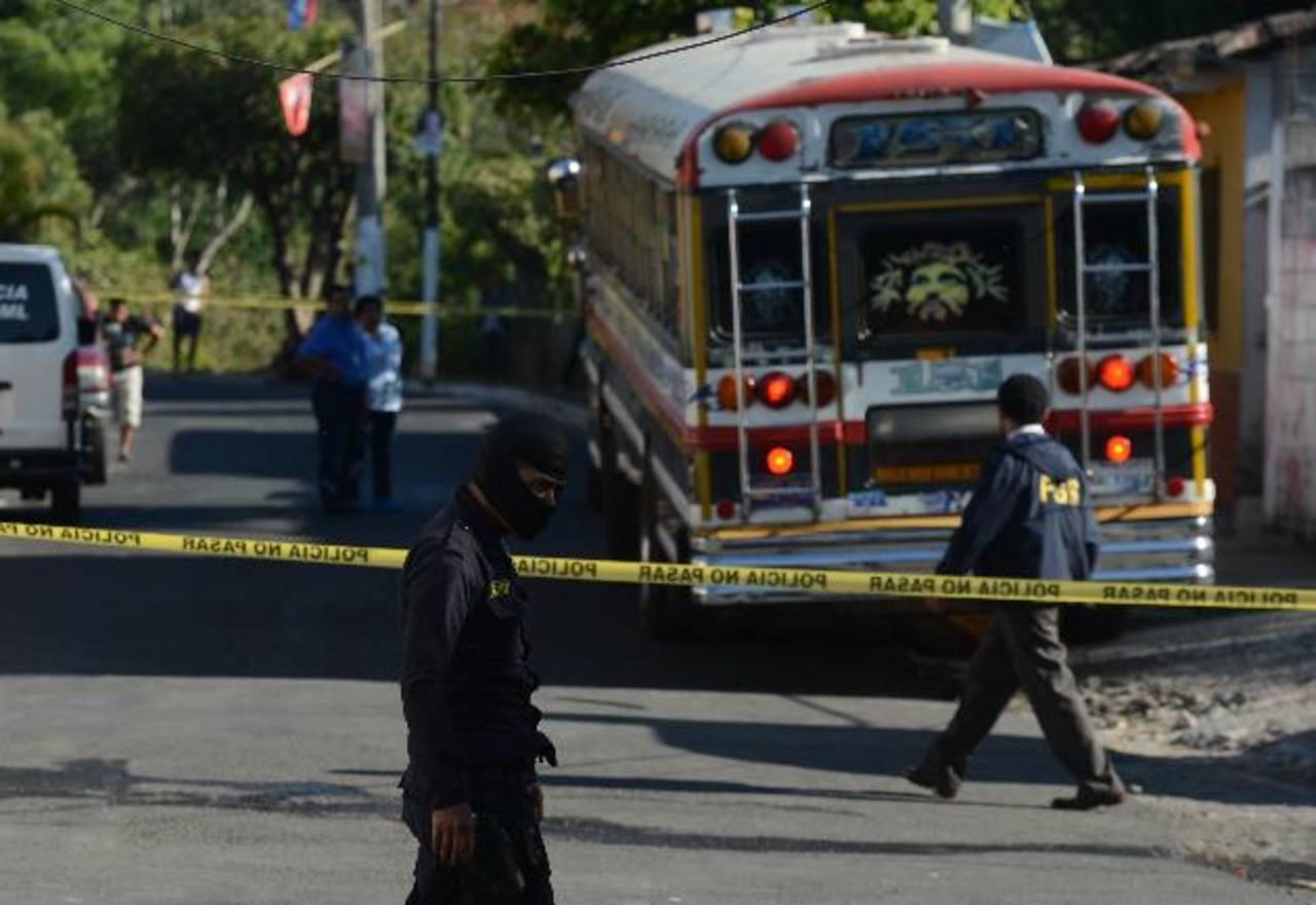 Dos pandilleros que fingieron ser pasajeros mataron a Nelson García y a Douglas Calderón cuando hacían su primer recorrido del día. Fotos EDH / Douglas Urquilla