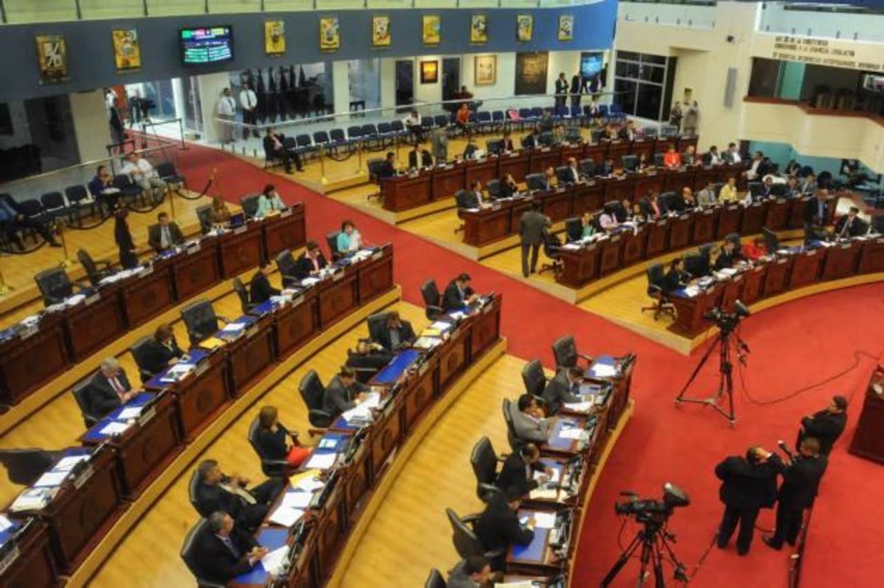 La mayoría de diputados apoyó la medida para un incremento salarial a los maestros y personal administrativo aunque algunos diputados la criticaron. foto edh / l. monterrosa