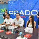 Lizandro cruz, de PRADO (al centro), habló de la nueva promoción de celulares. Foto EDH /D. Rezzio