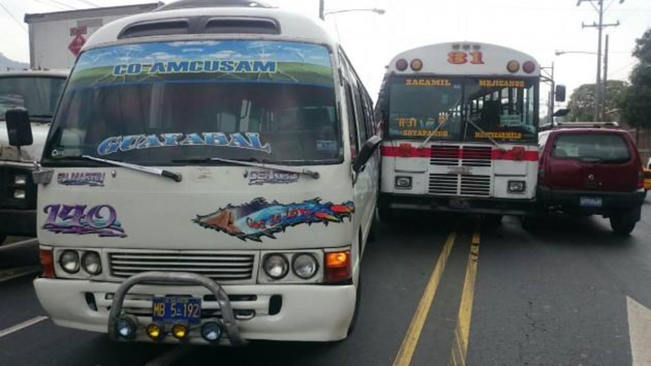 Motoristas del transporte público expusieron a los pasajeros, por una disputa cuando trabajaban, ayer. Foto EDH / Jaime Anaya