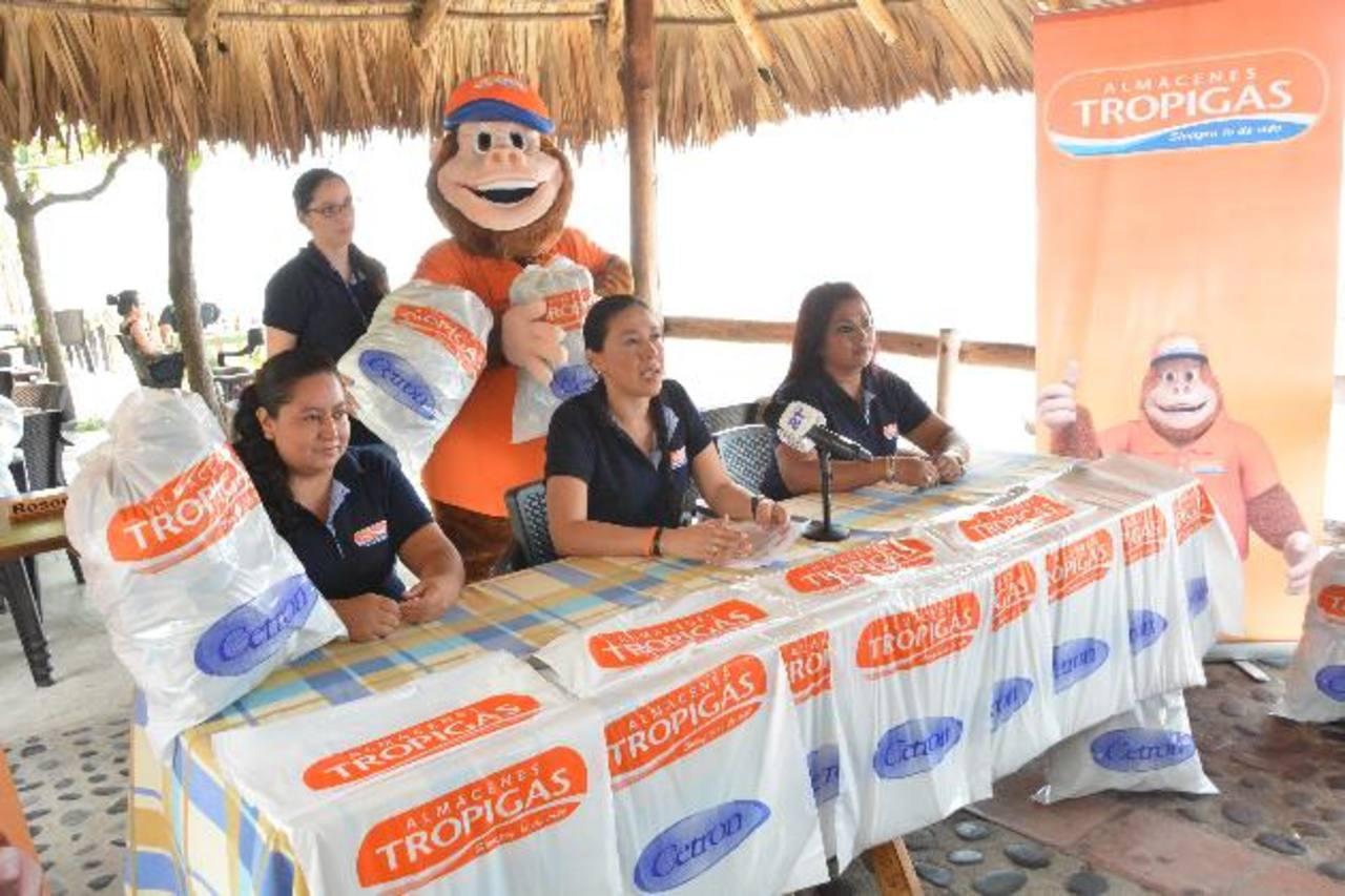 Almacenes Tropigas y la marca Cetron distribuirán más de 10,000 bolsas ecológicas en las playas del litoral salvadoreño. Foto EDH / David Rezzio.