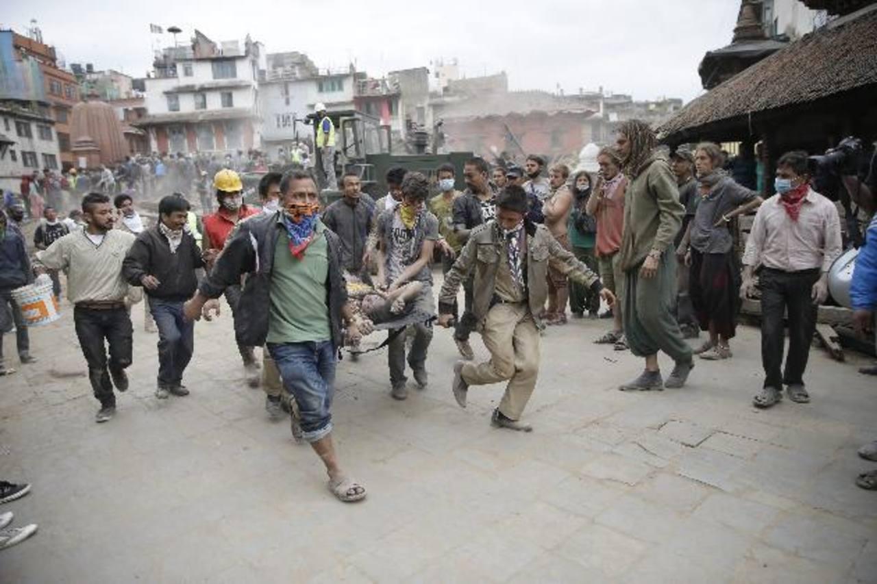 EE.UU. envía equipos de rescate y un millón de dólares a Nepal tras terremoto