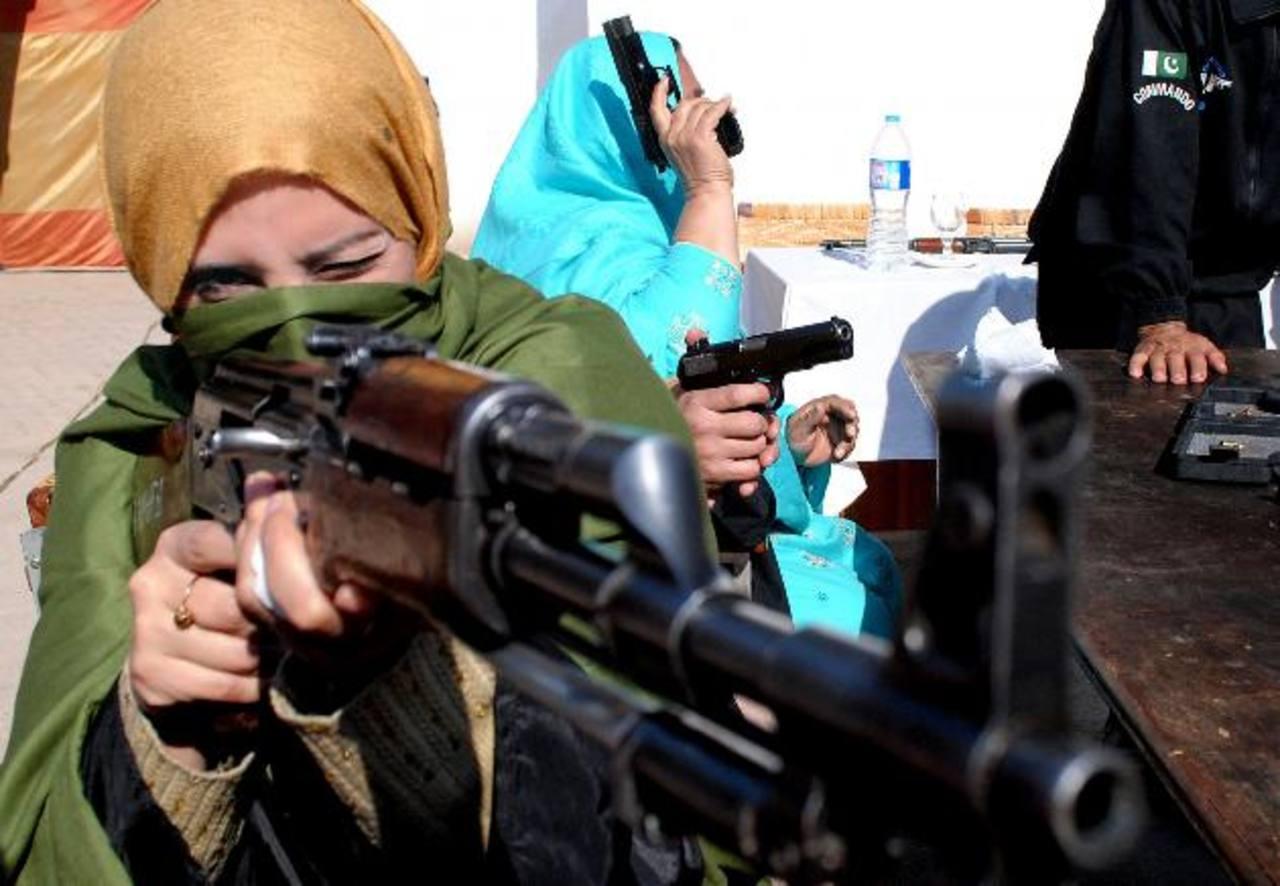 Una profesora practica tiro en una sesión de entrenamiento impartida por la policía de Peshawar. foto edh / ap