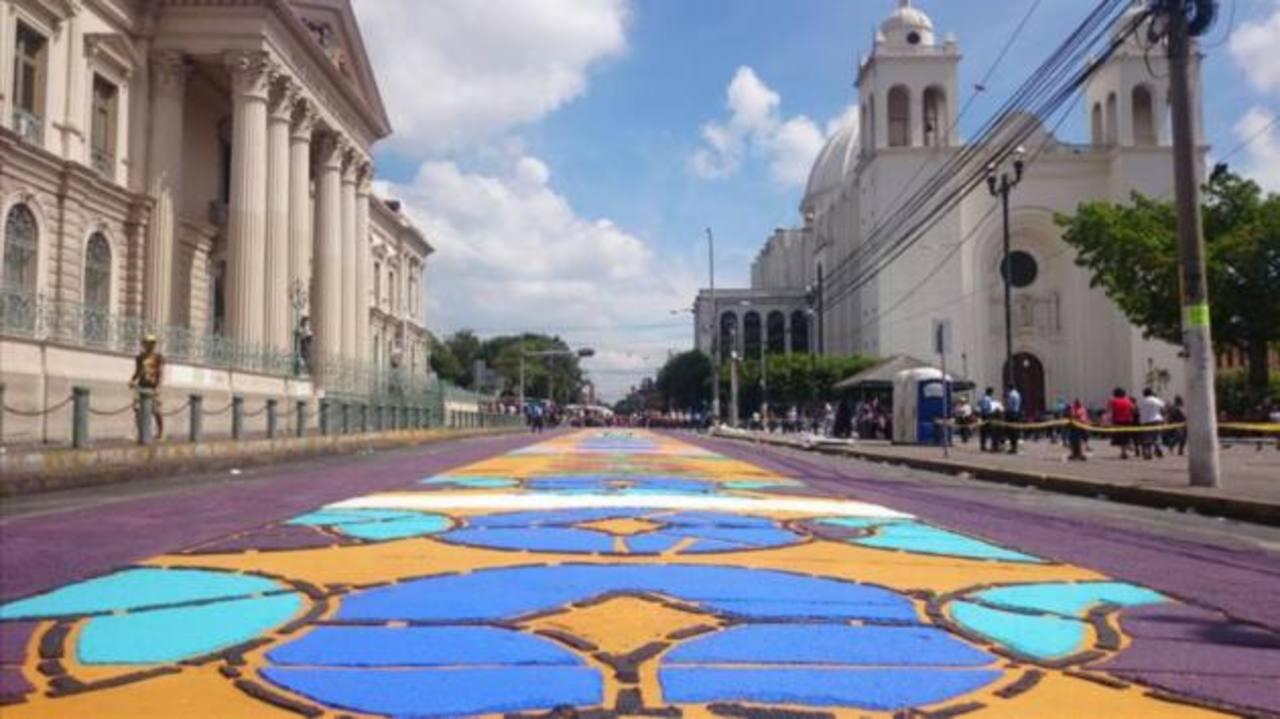 Alfombra frente a Palacio Nacional de San Salvador. /