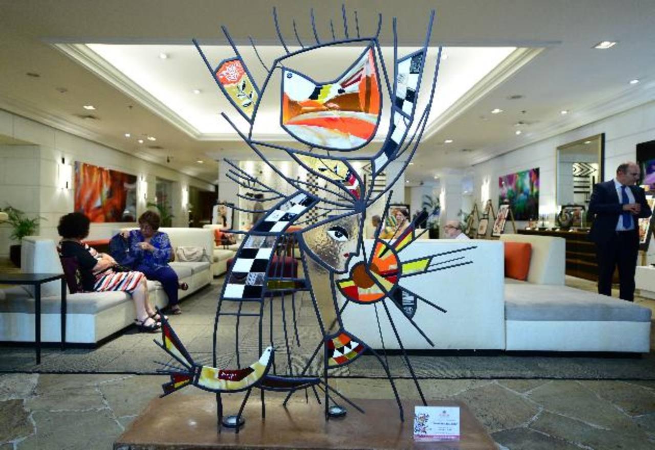 Las piezas en vidrio fueron elaboradas por los Artesanos de la Luz con diseños del artista.
