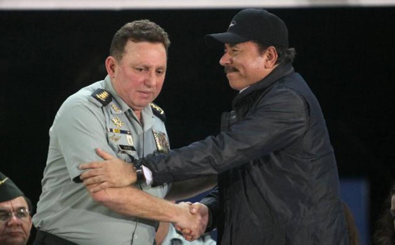 El presidente sandinista, Daniel Ortega, junto al jefe del Ejército de Nicaragua, el general Julio César Avilés, quien fue reelecto en su cargo por orden presidencial. foto edh / Archivo