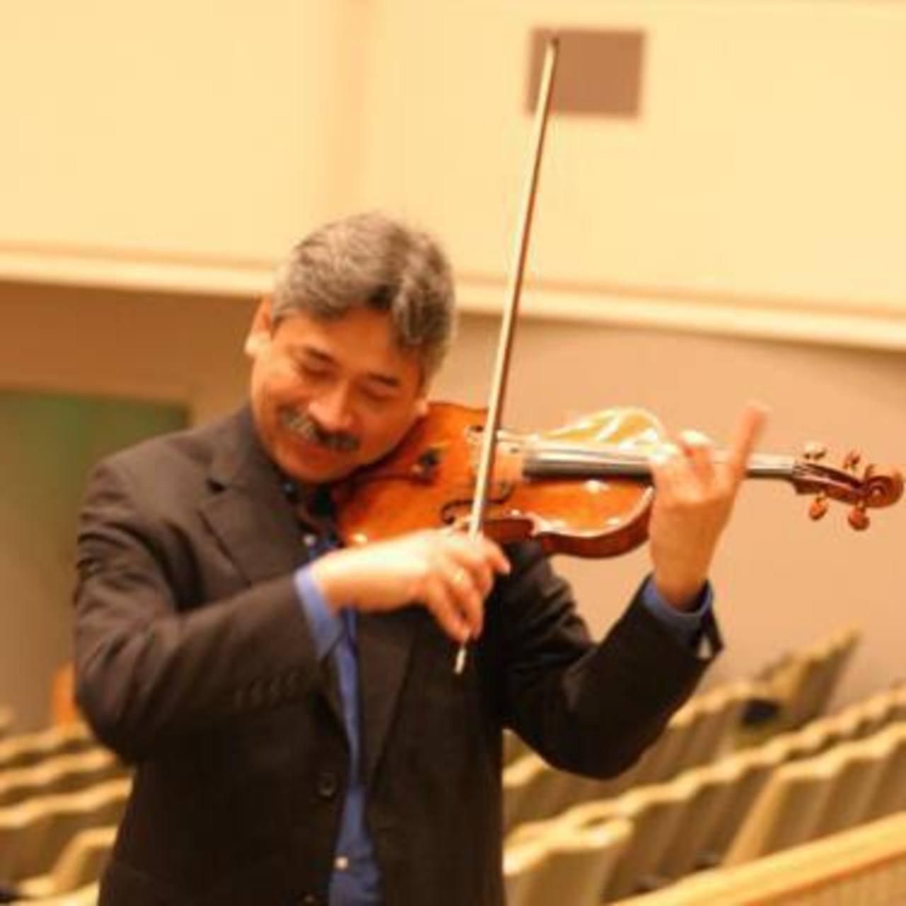 Néstor Rodríguez, violinista salvadoreño, que forma parte de la Orquesta Filarmónica de Sendai en Japón.
