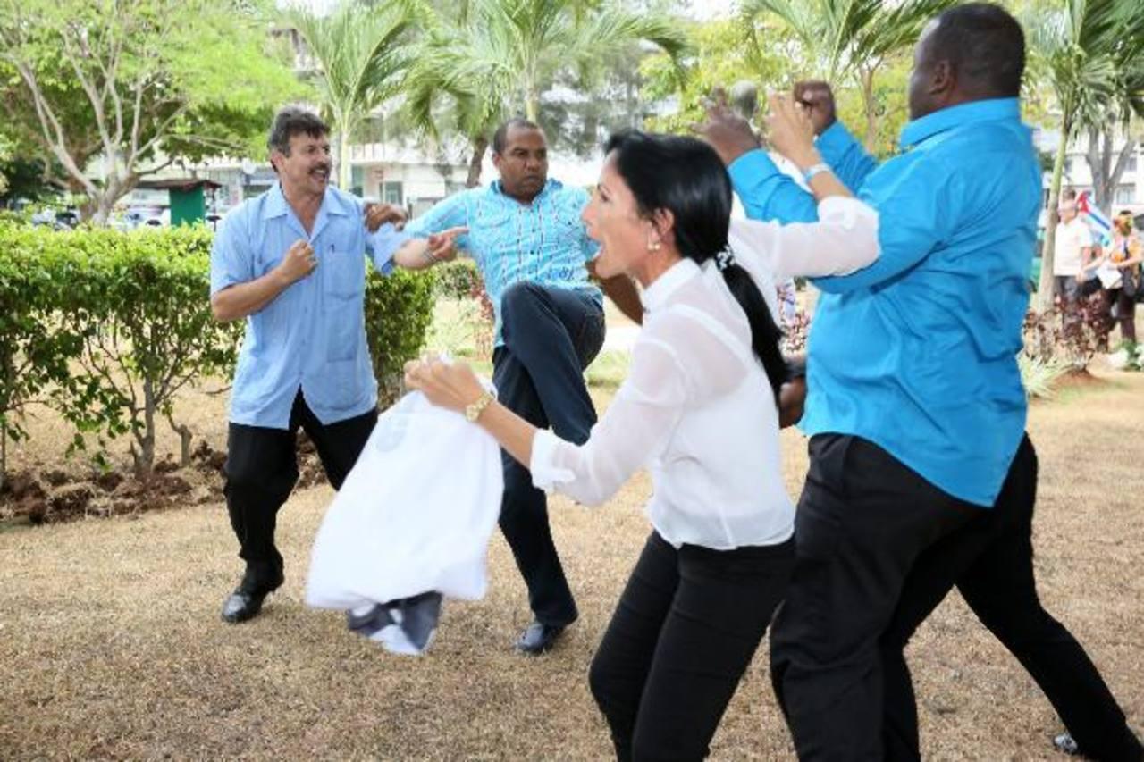Disidentes cubanos y defensores del régimen se cruzaron insultos y muchos golpes. foto edh / efe
