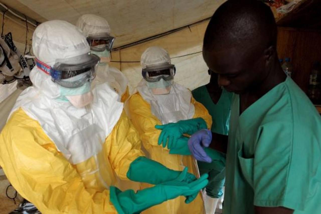 En África, tratar a pacientes de ébola significa llevar un traje que cubre el cuerpo por completo en pleno calor tropical y en clínicas sin aire acondicionado. foto edh / archivo