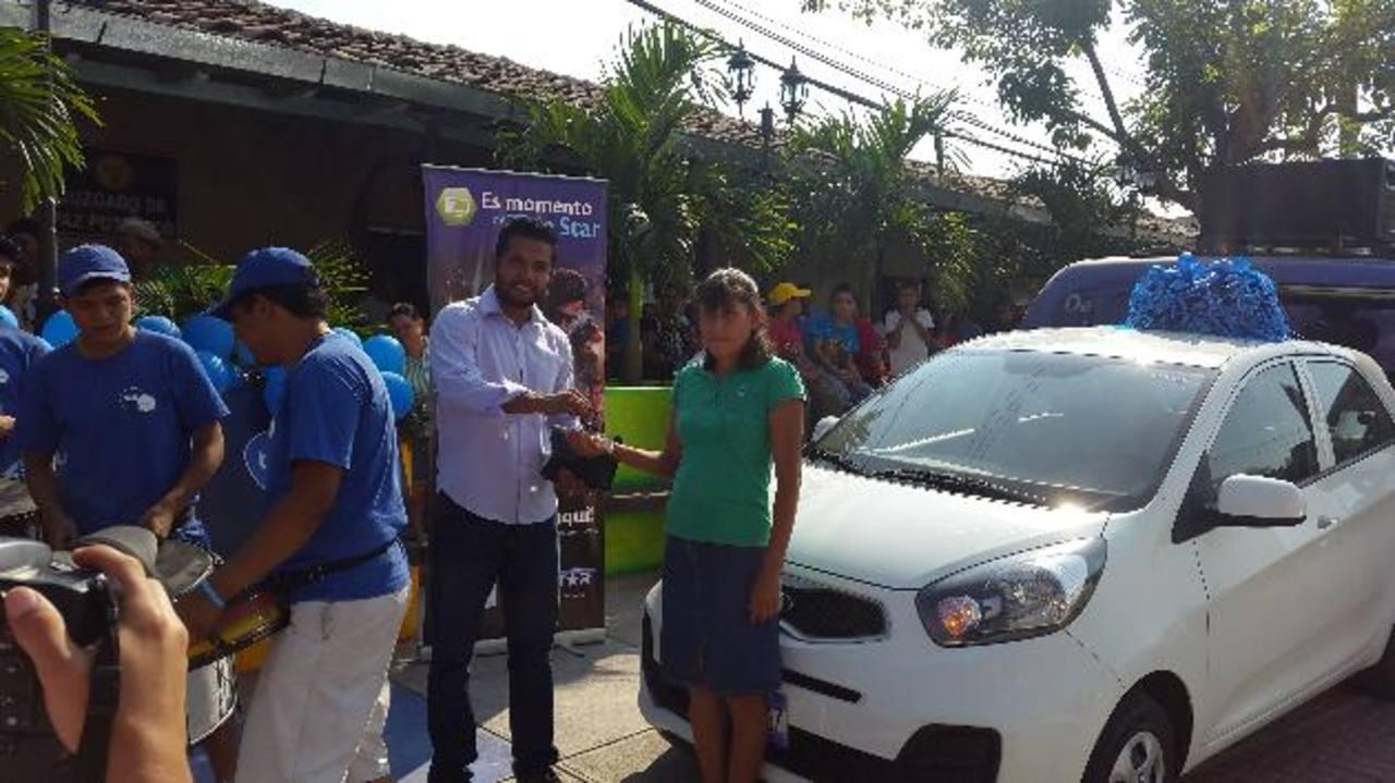 Berta Hernández fue la ganadora del vehículo, gracias a Tigo Money. Foto EDH/ Cortesía