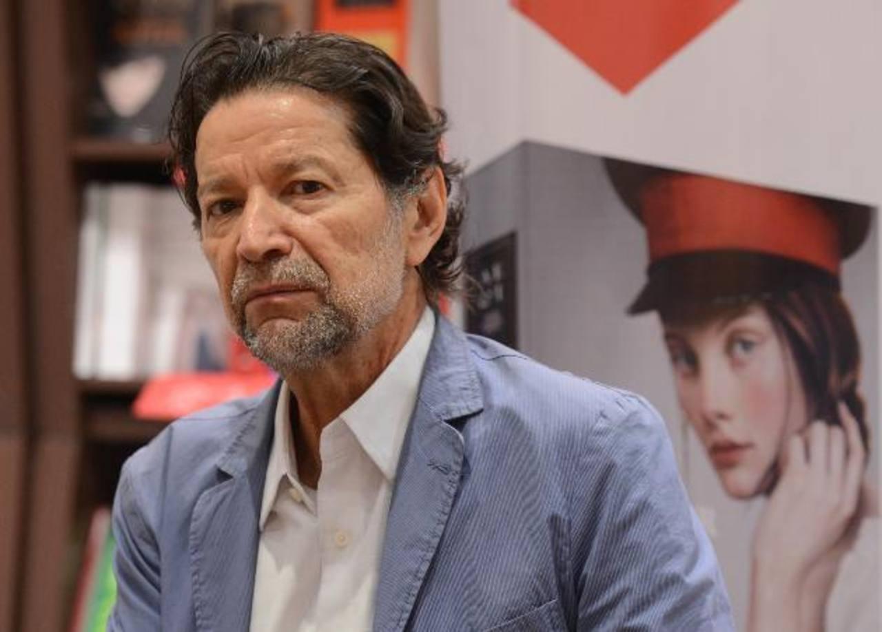 El autor presentó y habló sobre la trama de su nueva obra en Librería Internacional. Foto EDH / douglas urquilla