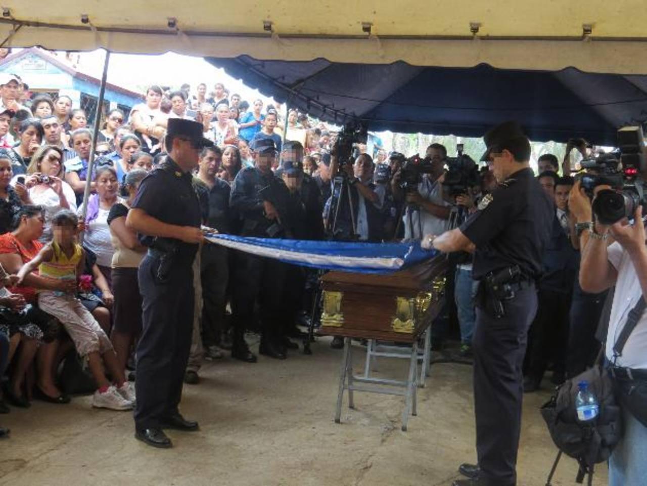 Despiden al agente Juan Carlos López Chávez ayer, en Ahuachpán. Fue asesinado al evitar un asalto a un bus. Foto EDH / Roberto Zambrano