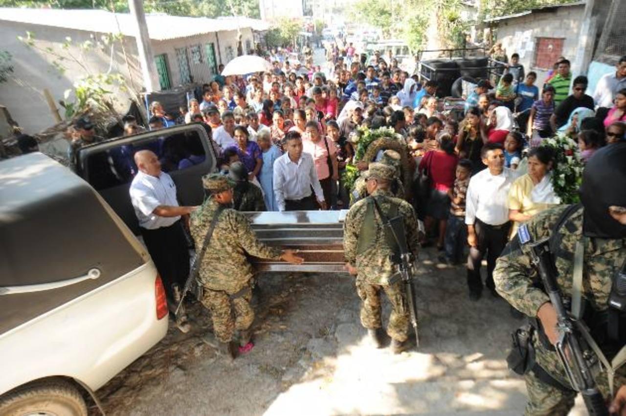 Varios soldados cargaron el ataúd con los restos del sargento primero del Batallón Presidencial José Luis Martínez Miranda, asesinado el jueves pasado. Foto EDH / Lissete Monterrosa
