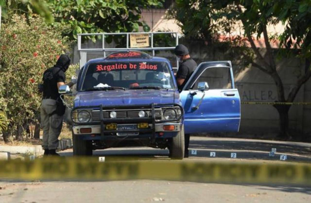 Investigadores policiales recababan evidencias en un pick up donde mataron a una pareja de esposos.