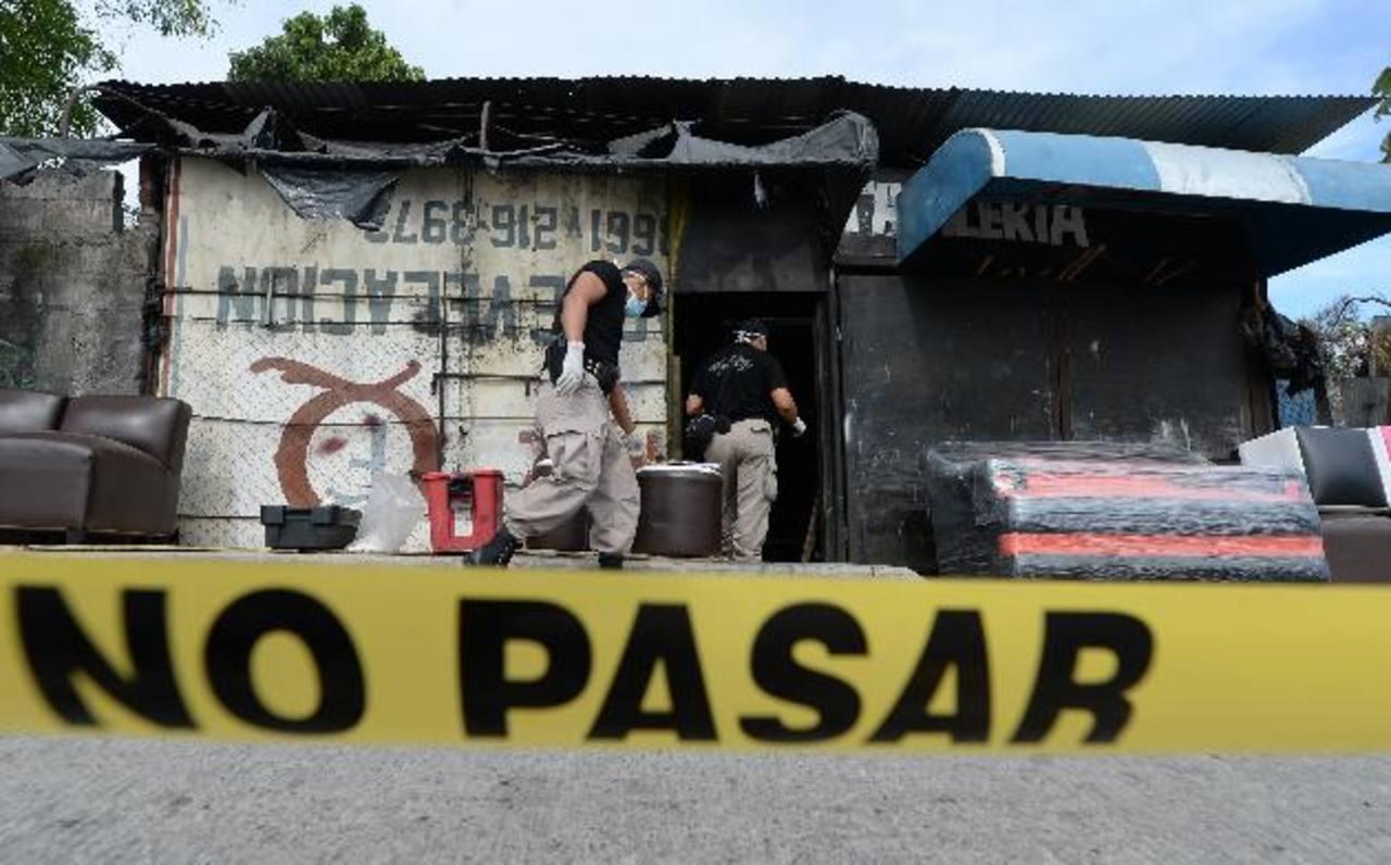 La racha de violencia siguió ayer: Pablo Cruz, empleado de una tapicería, fue ultimado en Ciudad Delgado. Foto EDH / Jaime Anaya.
