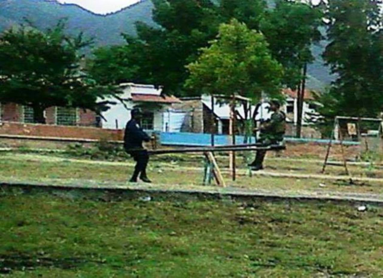 Foto de policía y soldado jugando es la sensación en Honduras