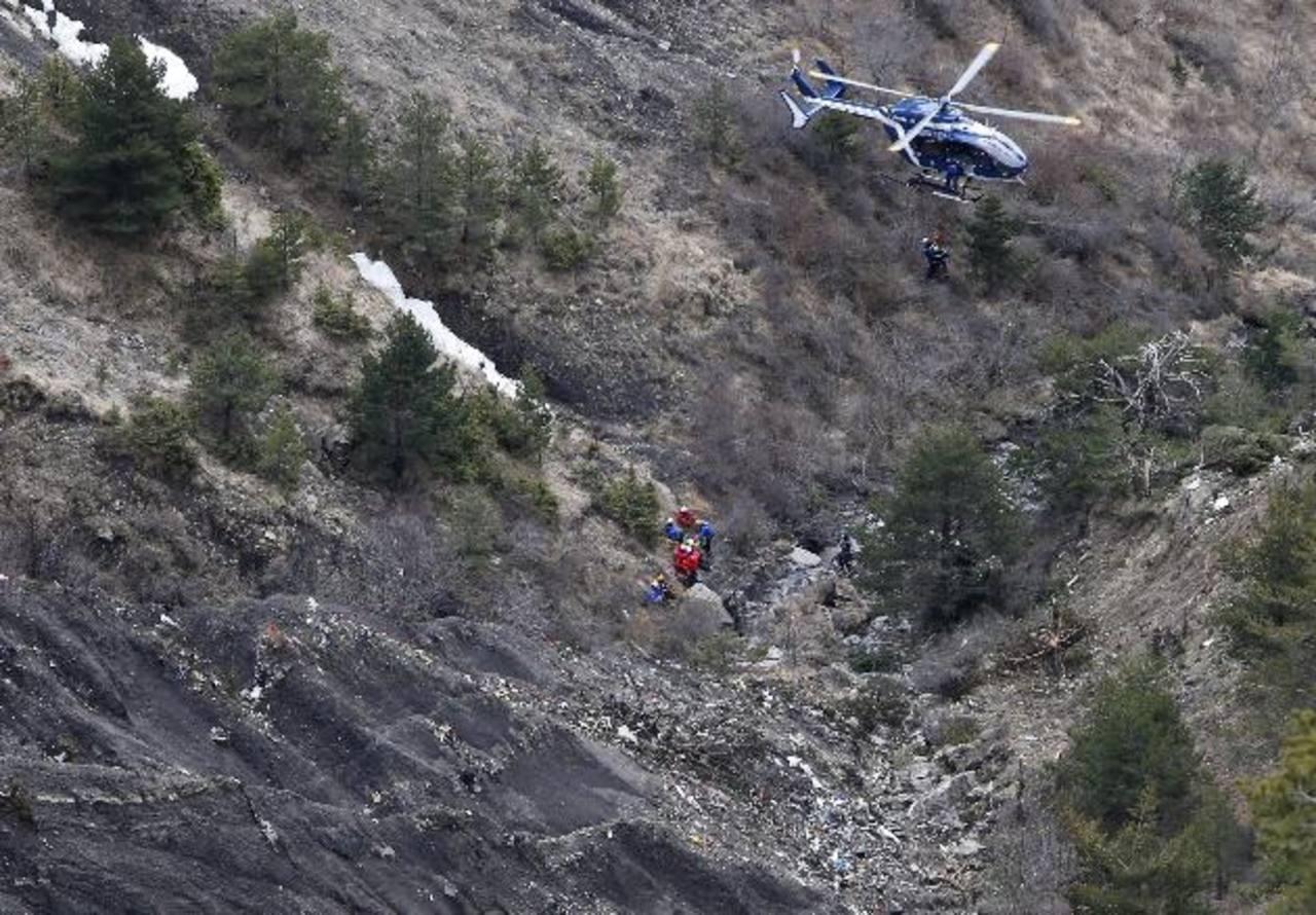 Miembros de los servicios de rescate llegan en helicóptero al área de la alta montaña donde se estrelló el avión en los Alpes franceses, cerca de Seyne-les-Alpes, sureste de Francia. Foto efe