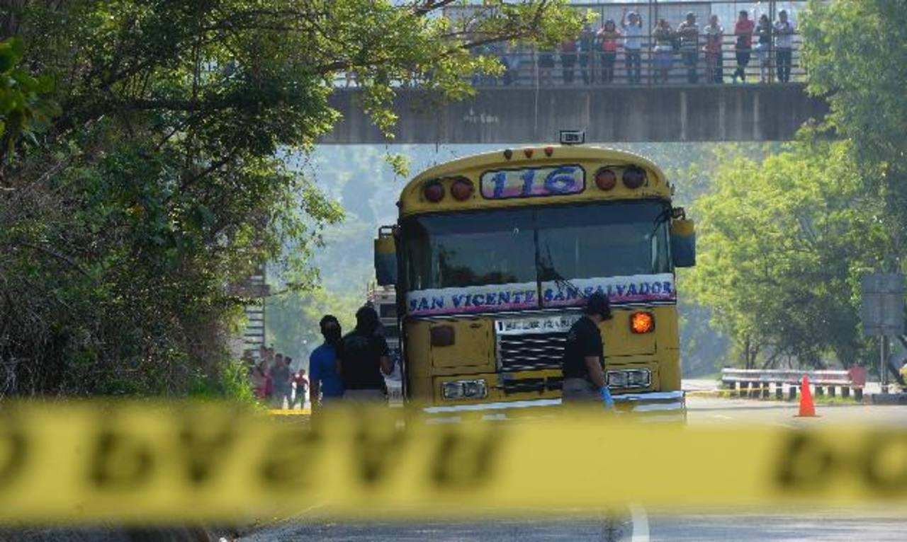 Autobús de la Ruta 116 donde ocurrió el ataque en el kilómetro 36 y medio de la carretera Panamericana. Hubo cuatro muertos.