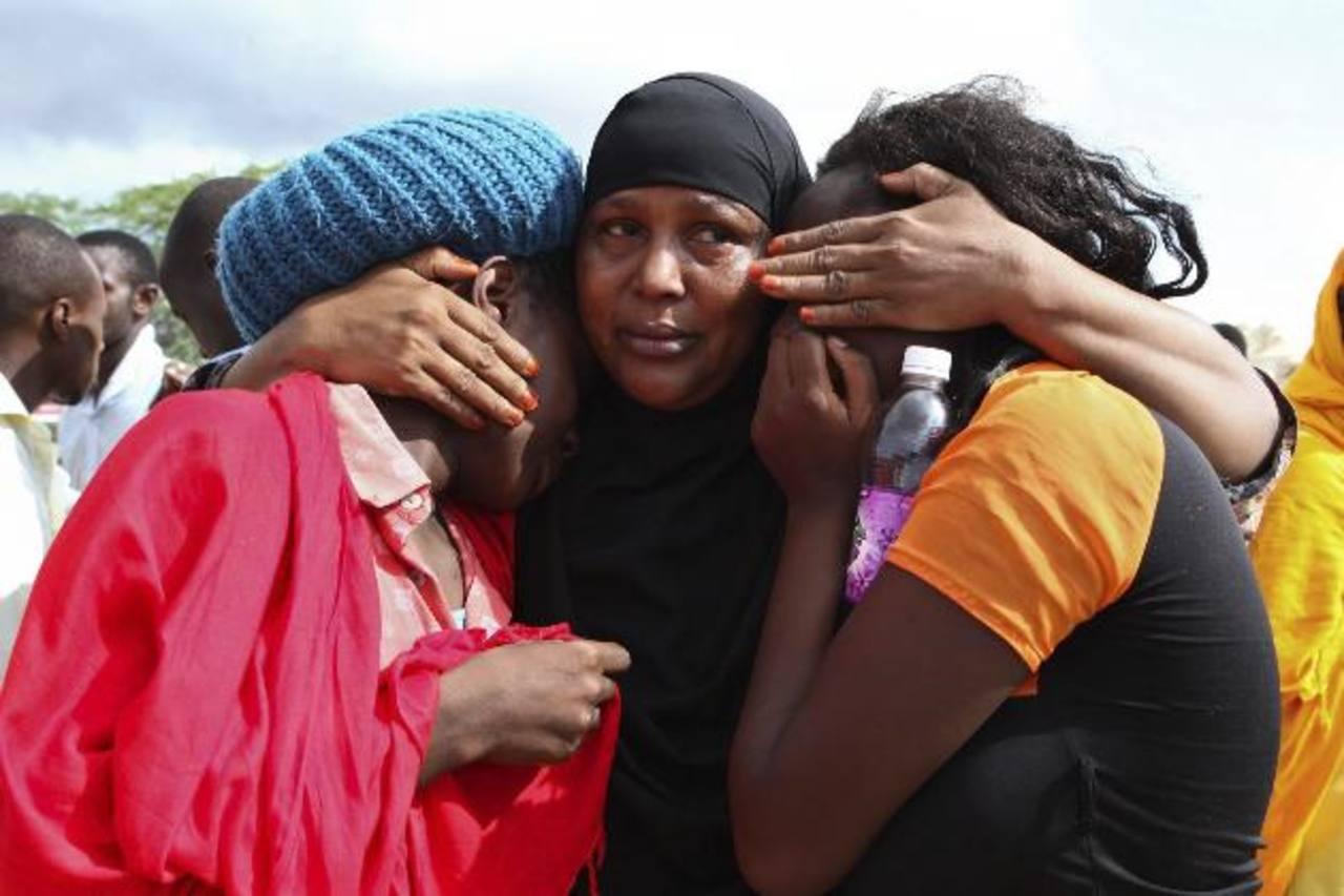 Estudiantes que lograron ser rescatadas se consuelan mutuamente en el campamento militar, tras el ataque perpetrado contra la Universidad de Garissa, en Kenia. foto edh / efe