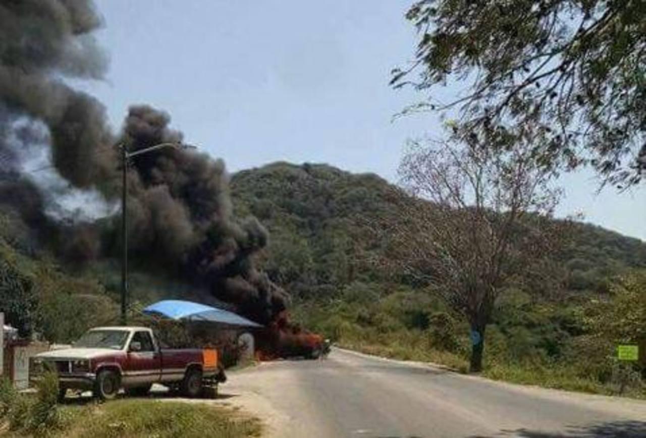 Los criminales abrieron fuego contra las autoridades y quemaron varios vehículos. foto edh / tomada de Milenio