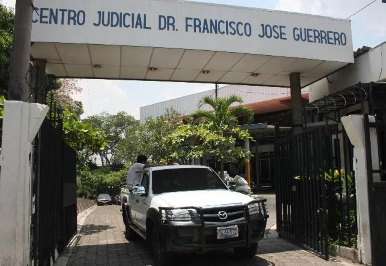 La familia de Jesús Hernández, de 45 años, descubrió hasta ayer, en la morgue, que lo habían matado. Foto EDH / Salomón Vásquez