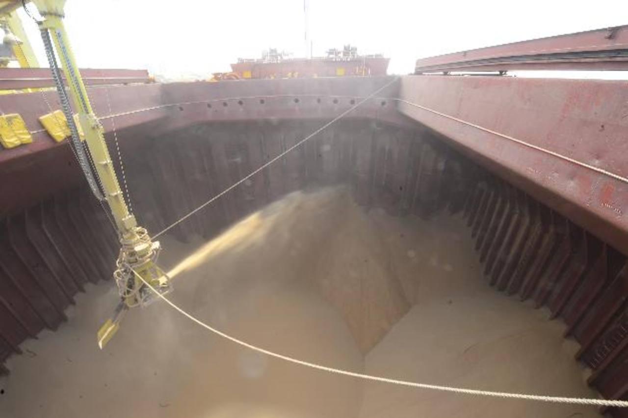 La embarcación se estará llenando de azúcar cruda durante toda la semana y zarpará el domingo. foto edh /omar carbonero
