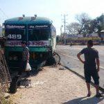 Lugareños observan el bus contra el que impactó el auto en que viajaba el síndico municipal. Foto EDH / JORGE BELTRÁN LUNA