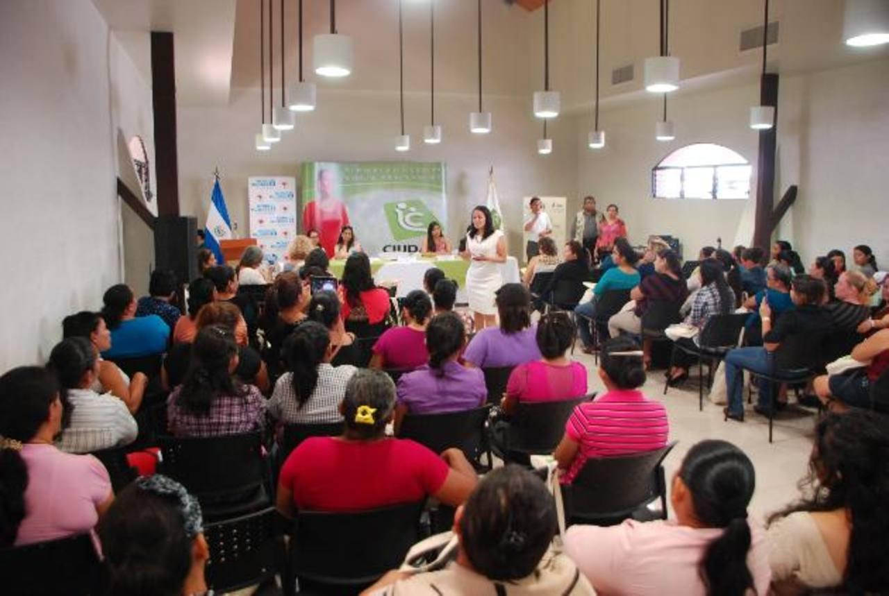 Las asociaciones recibieron un montó general de 131 mil 879 dólares para sus negocios. Foto edh / Lucinda Quintanilla