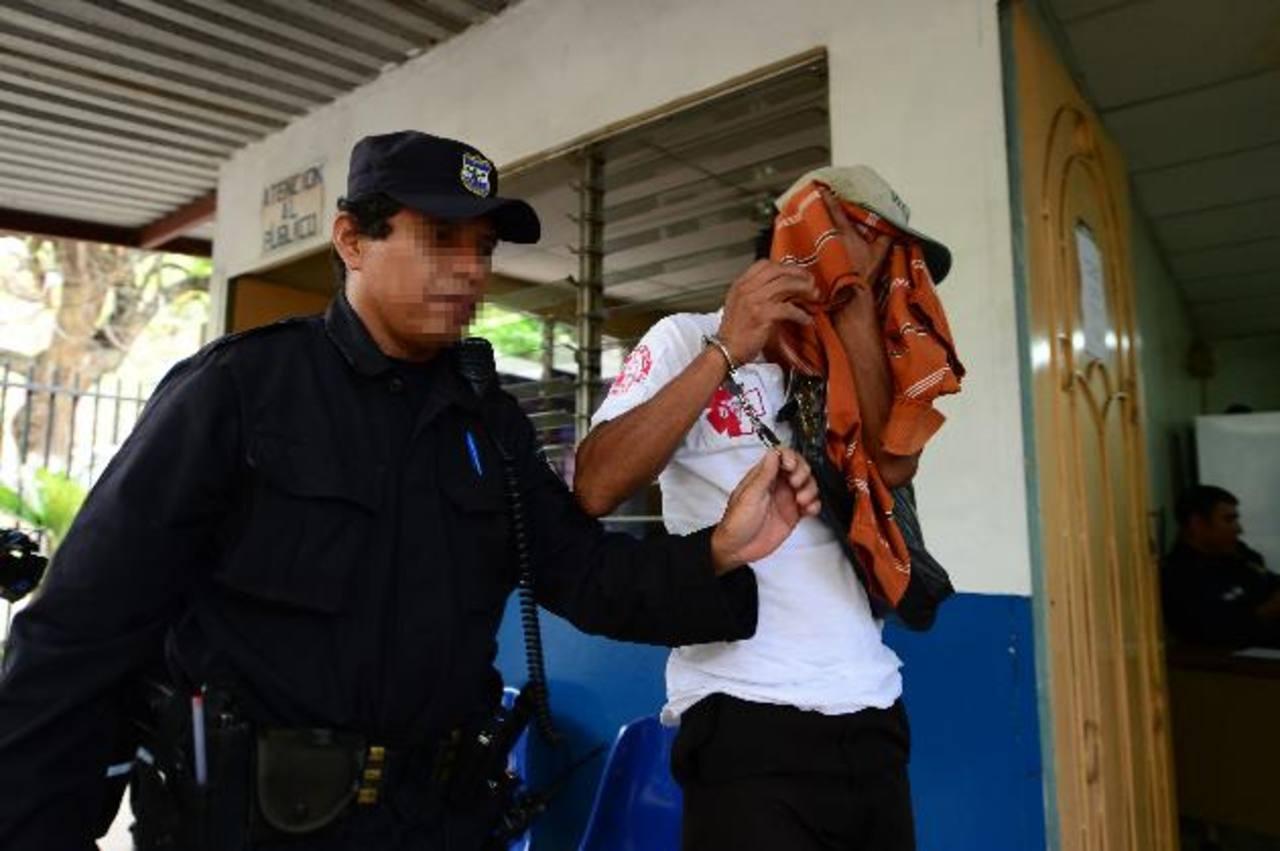 El sujeto fue detenido al tratar de sustraer un celular en un accidente en la autopista a Comalapa. Foto EDH / Jorge Reyes