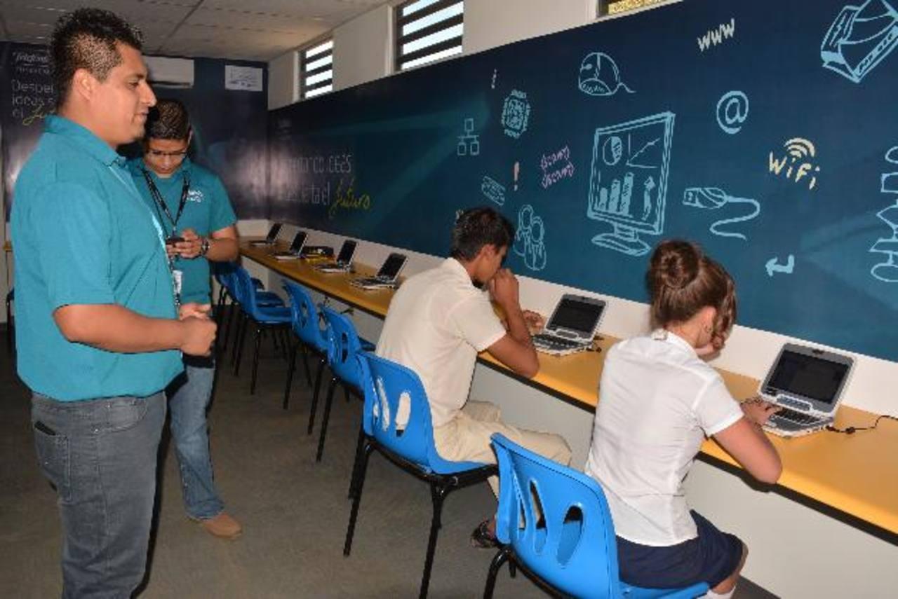 La inauguración del Centro de Aprendizaje Digital (CAD), se realizó en el Complejo Educativo Doctor Arturo Romero, en Ahuachapán FOTO EDH / Cristian Díaz