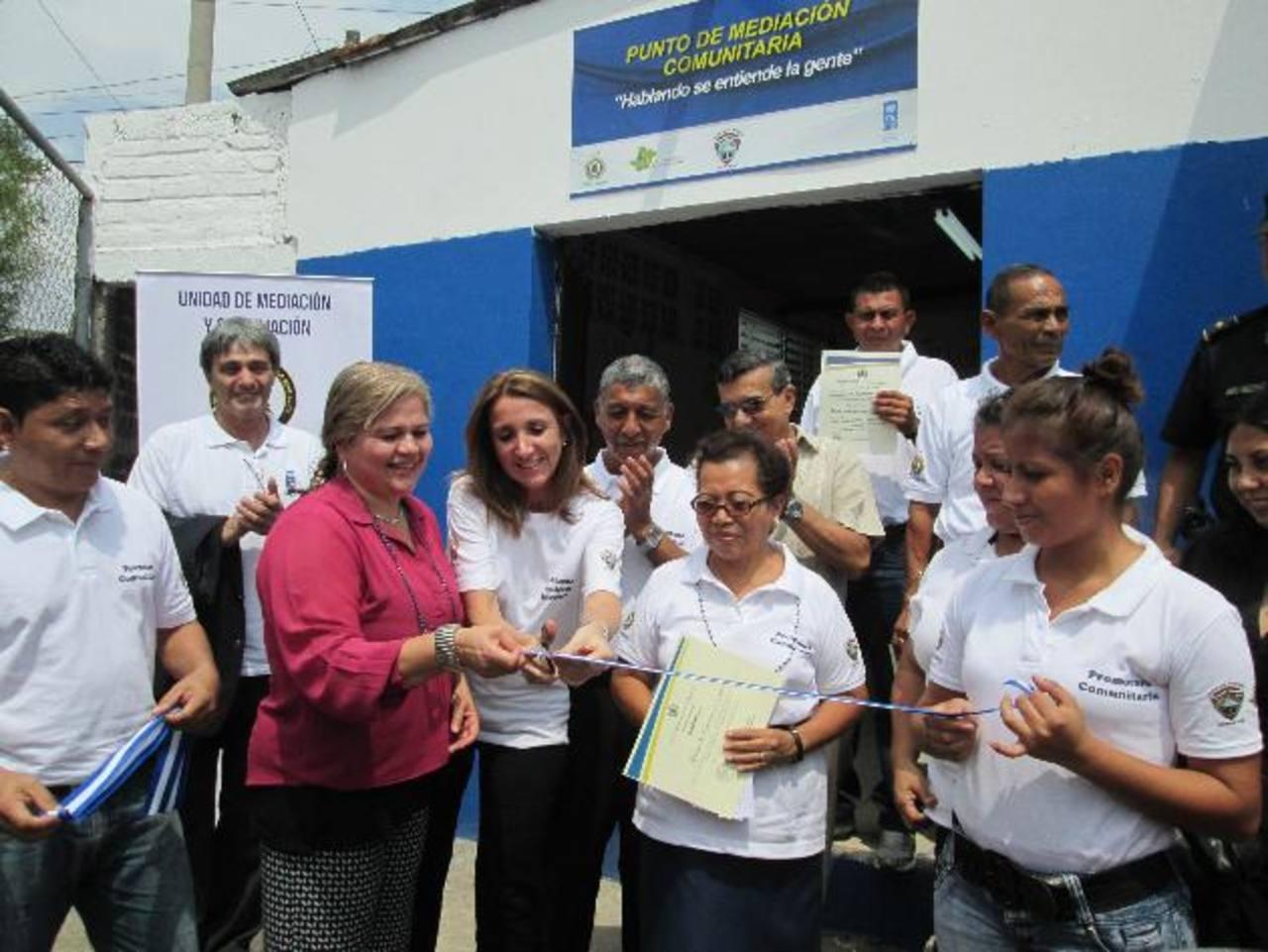 Los líderes comunales con su diploma de mediadores. Foto edh / Cortesía