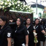 Muchas mujeres carga la imagen de la Virgen María en Izalco, entre ellas la actual presidenta de la Hermandad, doña Hilda de Galán (tercera de izquierda a derecha en la imagen). foto / Iris Lima
