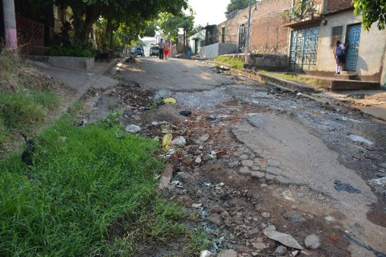 Algunos residentes en la zona también indicaron que el tramo de la vía se deteriora más por las aguas negras que son lanzadas de otras colonias. FOTO EDH / CRISTIAN DÍAZ