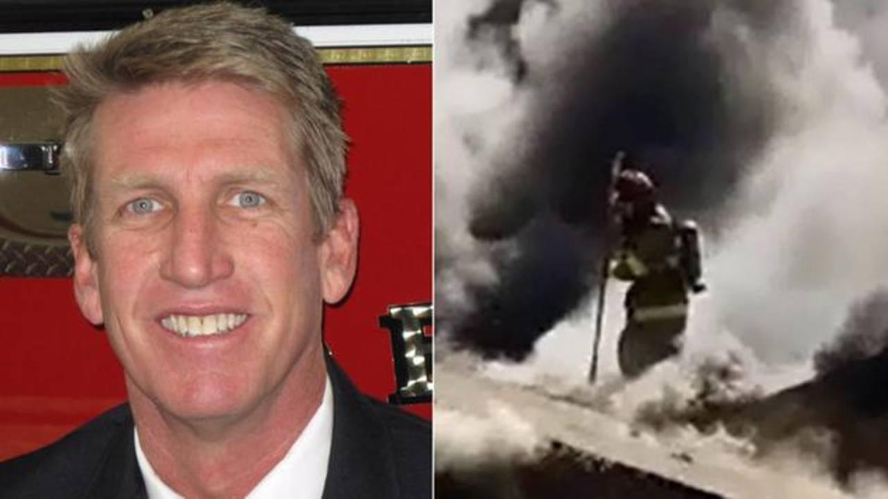 Video: Bombero es envuelto por intensa llamarada durante incendio en Estados Unidos