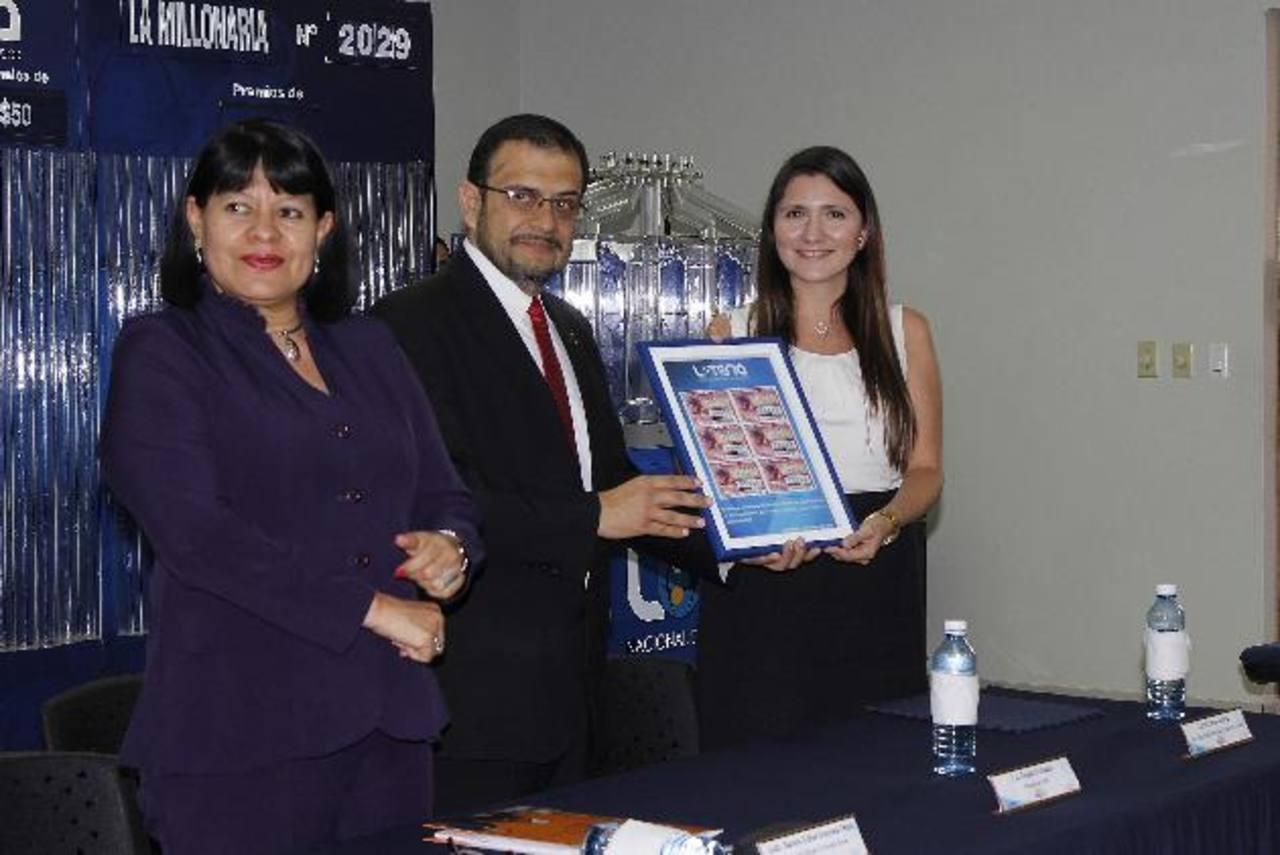 El presidente de LNB entrega reconocimiento a Sandra Guevara, ministra de Trabajo y Tania Cedillos, directora ejecutiva de la Secretaría de Inclusión Social.