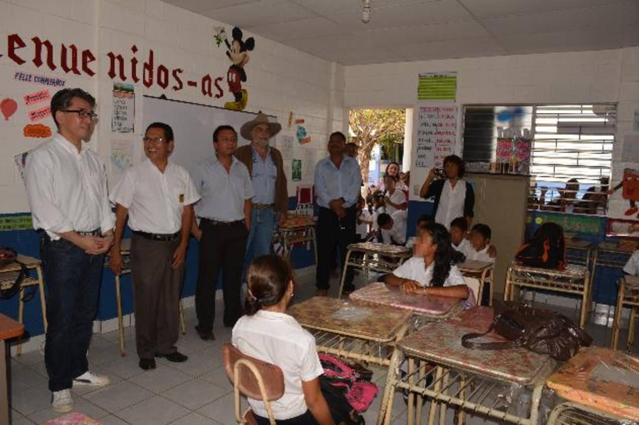 Diferentes autoridades de la embajada de Japón, comuna y el MINED recorrieron las nuevas instalaciones del centro educativo. Fotos EDH / Cristian Díaz