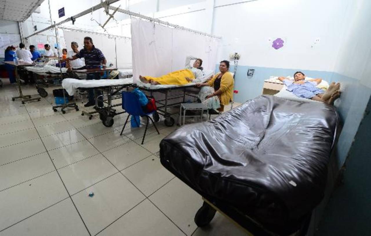 La atención en la Unidad de Emergencia del Hospital Rosales se desarrolló con normalidad ayer, pese al conflicto que ha generado el traslado del jefe de esa área. Foto EDH / MAURICIO CÁCERES