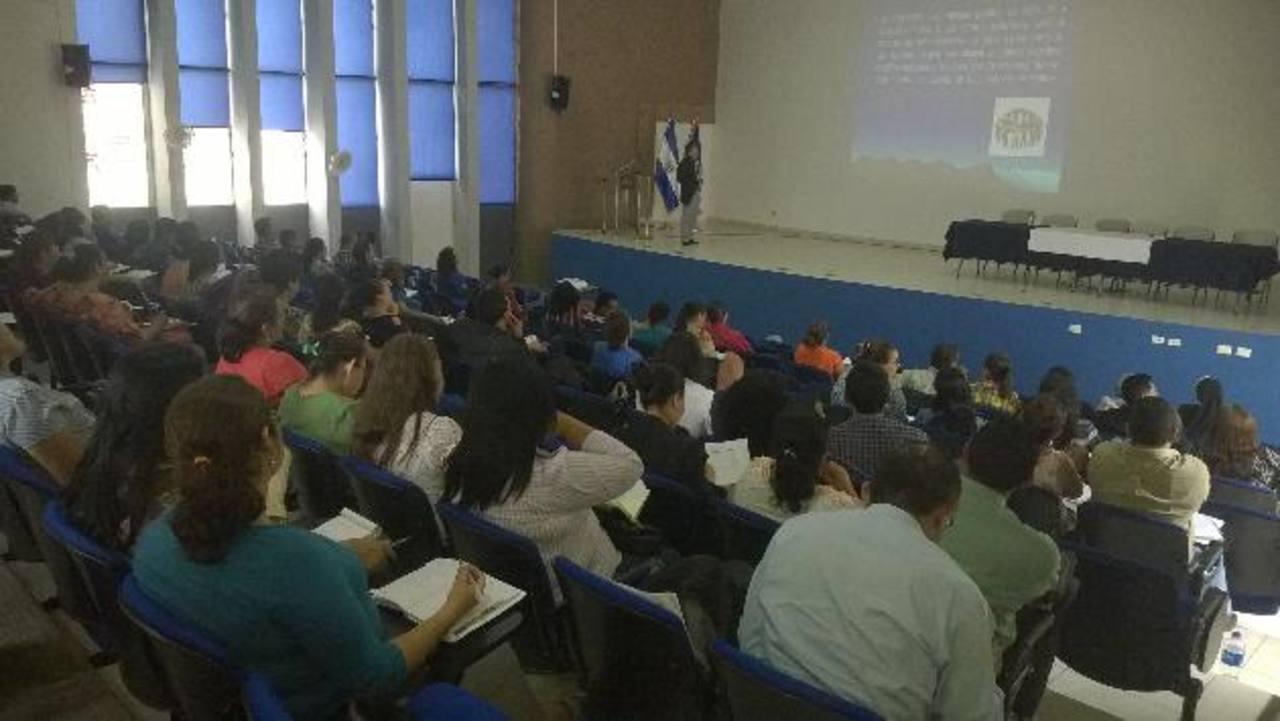Alrededor de cien maestros atendieron el proceso que busca ayudarlos con el problema de la violencia. Foto EDH / CORTESÍA