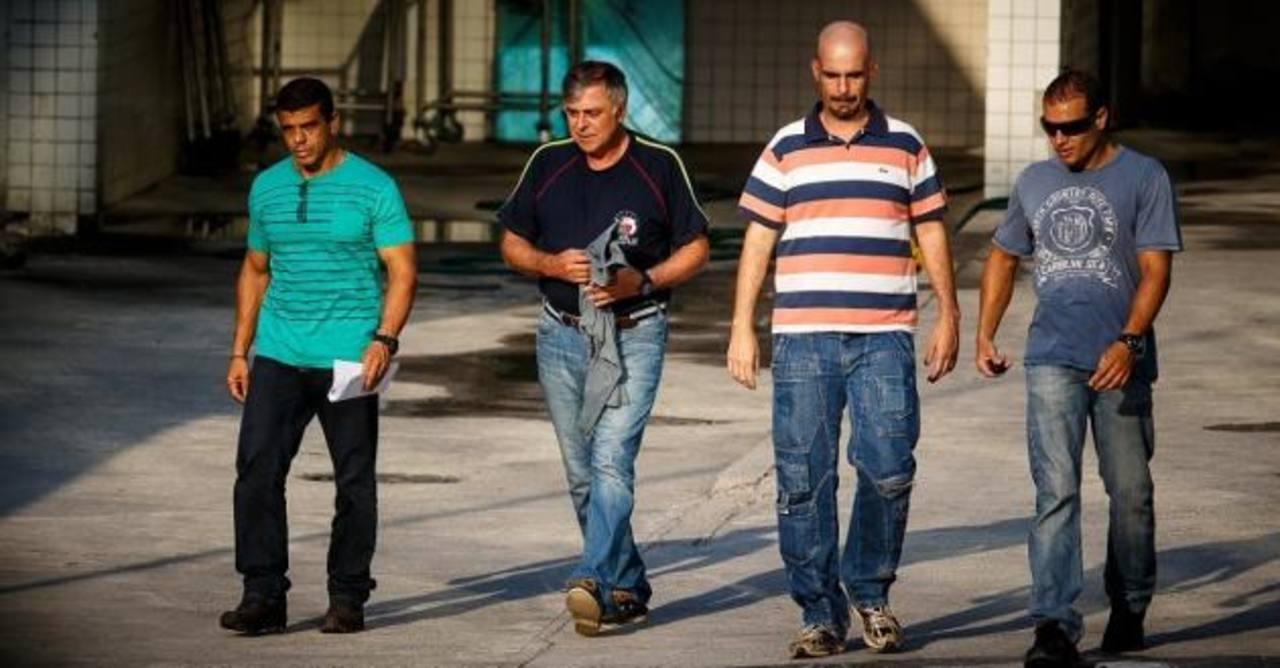 En marzo, la Policía Federal arrestó al exdirector de Refinación y Abastecimiento de Petrobras, Paulo Roberto Costa (2o. desde la izquierda), en Río de Janeiro. Foto EDH/ http://noticias.uol.com.br/
